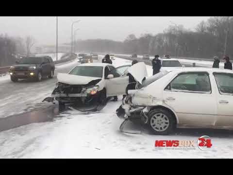 В районе выезда из Владивостока машины на гололеде влетают в отбойник