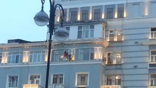 Женщина моет окно на 6 этаже