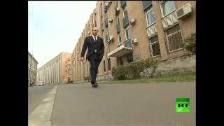 الرئيس فلاديمير بوتين يمشي وحيداً في شوارع مدينة بطرسبورغ الروسية