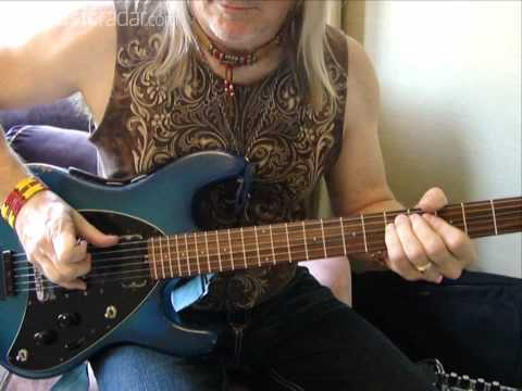 Steve Morse explains how to play Smoke On The Water properly