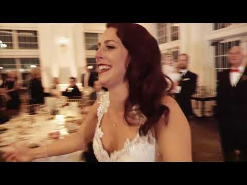 Sister surprises bride with flash mob at wedding
