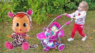 Nastya đến cửa hàng đồ chơi với búp bê trẻ em
