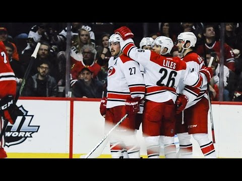 Hurricanes stay hot, edge Blackhawks