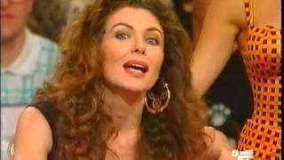 Eleonora Brigliadori solleva Gerry Scotty al quizzone 1995