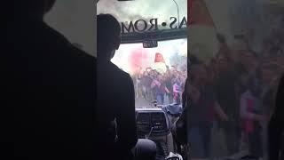Da dentro il pullman della Roma l'arrivo allo stadio prima di Roma - Liverpool: spettacolare