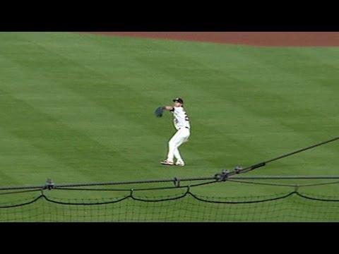 OAK@HOU: Reddick nabs Pinder at home on a great throw