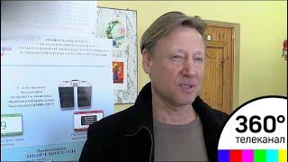 Заслуженый артист России Дмитрий Харатьян проголосовал в составе большой компании