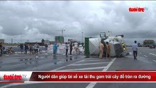 Người dân giúp tài xế xe tải thu gom trái cây đổ tràn ra đường | Truyền Hình - Báo Tuổi Trẻ