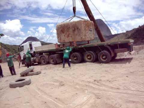 como colocar uma pedra de 40 toneladas em cima de uma carreta