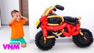 Vlad và Nikita giả vờ chơi với xe đồ chơi từ bóng bay