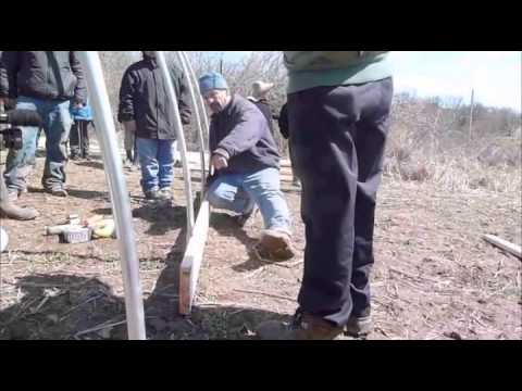 How to build a low cost hoophouse spanish version como - Como construir un invernadero ...