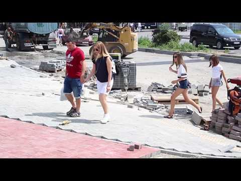 Погляд: У Чернівцях на проспекті Незалежності ставлять тротуарну плитку