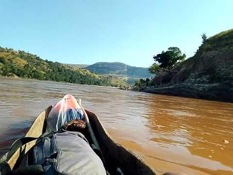 Vivez la descente du fleuve Manambolo Madagascar. Une descente en pirogue locale faite en bois.