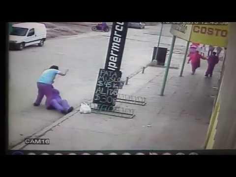 El padre de un alumno golpeó salvajemente a un preceptor en plena calle