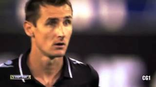 Klose hace gol con la mano y le dice al arbitro que lo anule