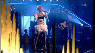 Rihanna - Russian Roulette (Live Skavlan 2010) with lyrics