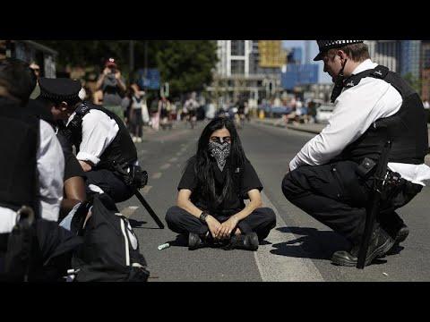 ABD'deki polis şiddeti Londra'da yüzlerce kişi tarafından protesto edildi