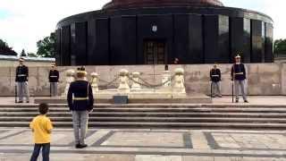 Schimbare de gardă la Memorialul Eroilor Neamului - București