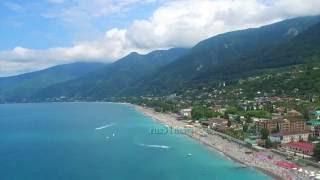 Гагра Абхазия Пляж с воздуха 2 2016(Город расположен в 36 км от аэропорта Сочи на берегу бухты. Гагрские отроги Большого Кавказского хребта..., 2016-07-23T11:05:37.000Z)