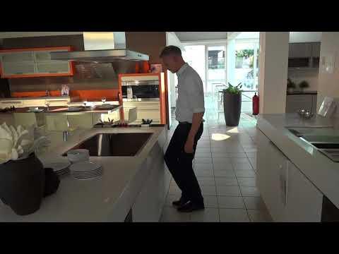 Moderne Küche mit Insel in Icy white matt Modell 2062