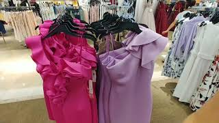 США. Платья и кожаная одежда на распродаже.