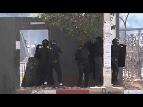 شاهد: اشتباكات في السنغال بعد اعتقال زعيم المعارضة بتهمة الاغتصاب…  - نشر قبل 17 ساعة