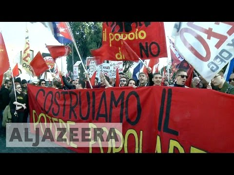 Italy referendum: Thousands rally in protest against Renzi