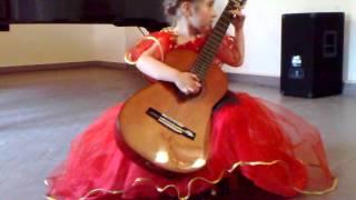 5-ти летняя девочка играет на гитаре