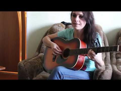 Одуванчики. Десантники. Армейские песни под гитару. Девушка красиво поет.