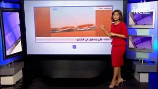 #أنا_أرى .. موظف يحمل مسنة يمنية عبر منفذ الوديعة