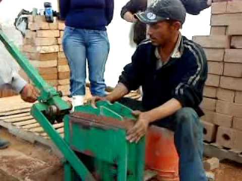 Fabrica de bloques en suelo cemento youtube - Como hacer un suelo de hormigon ...