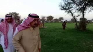 بالفيديو.. مسنّ يذكّر أمير الرياض بأحداث من طفولته أثناء رحلة برية.. والأمير يستأذنه في تسجيل حديثه