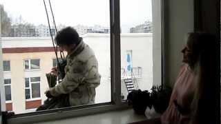 Дарят цветы через окно на уроке Про любовь - школа №757