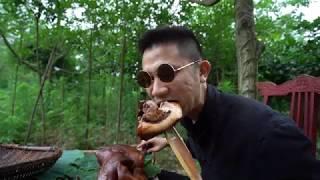 竹子做餐具,大口猪头肉