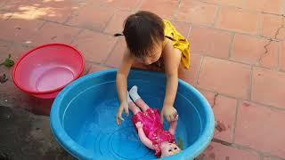 trò chơi tắm cho búp bê ❤ đồ chơi trẻ em búp bê ❤ kn chenol bé nhiên