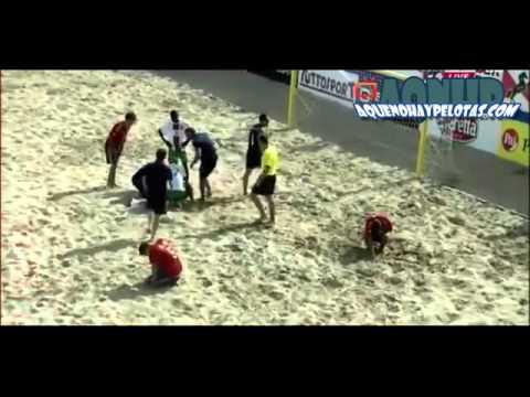 Espeluznante lesión de rodilla en partido de futbol playa - Aquenohaypelotas.com