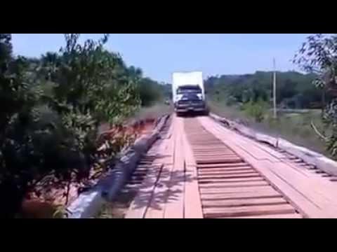 Acidente incrivel - caminhão caindo da ponte