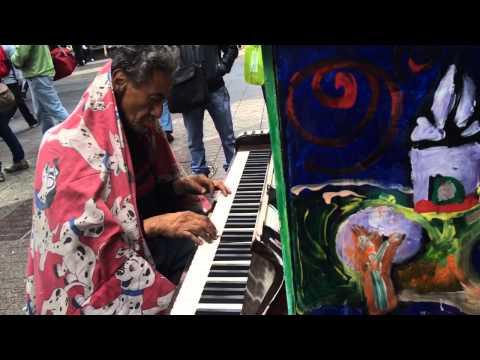 Hombre que vive en la calle toca piano en paseo Ahumada Santiago Chile