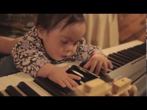 Just an 11 month old baby discovering the piano :: Bebe de 11 meses descubriendo el Piano