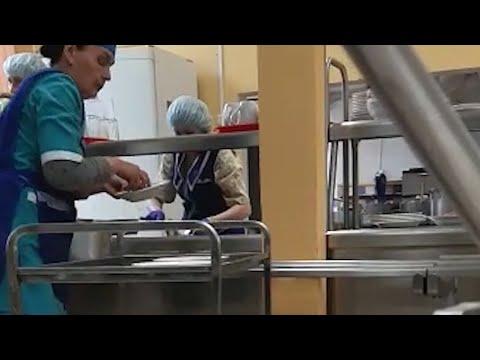 В школьной столовой в Екатеринбурге еду раскладывали руками