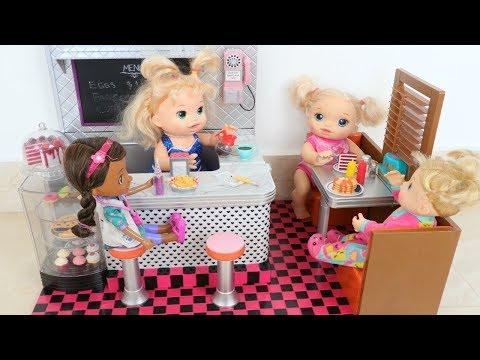 La Muñeca Baby Alive Sara y su Mami trabajan🍔🍟🍩en su divertido Restaurante!!! Totoykids
