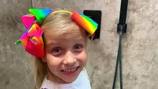 Niños y papá fingen jugar Magic Shower con dulces