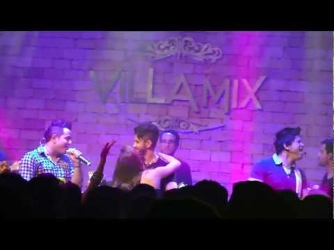 Gusttavo Lima pegando fã no palco da Villa Mix GO