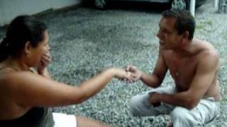 mulher tirando a roupa após pedido de casamento
