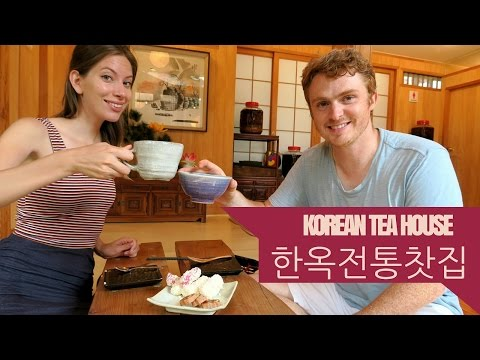 drinking-tea-at-a-traditional-korean-tea-house-(전통-찻집)-in-insadong,-seoul,-korea