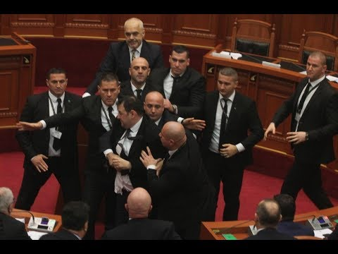 Përleshje fizike në Kuvend, qëllohet Edi Rama nga deputeti demokrat