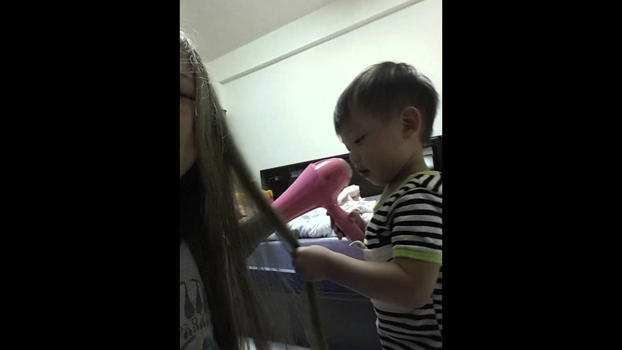 一直跟我搶吹風機,然後還學我吹頭髮(把頭髮拿起來吹)1y9m18d - YouTube
