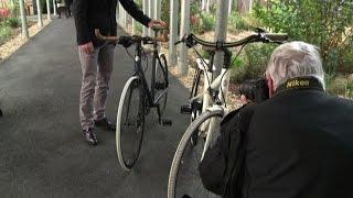Da Tokyo a Parigi pedalare è un lusso: la moda della bici chic