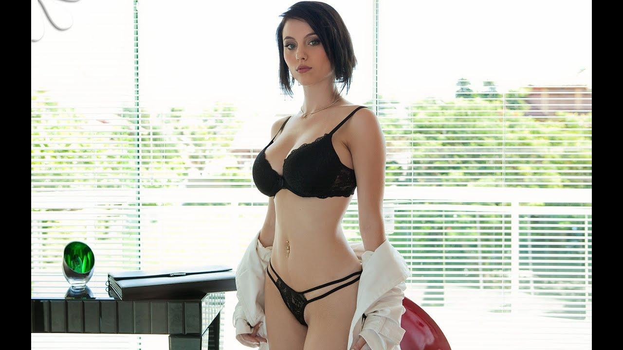 голая манекенщица прикрылась халатом