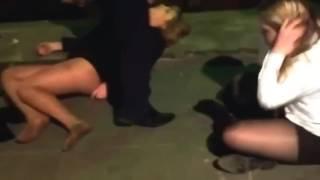 Драка пьяных девушек в ночном клубе.